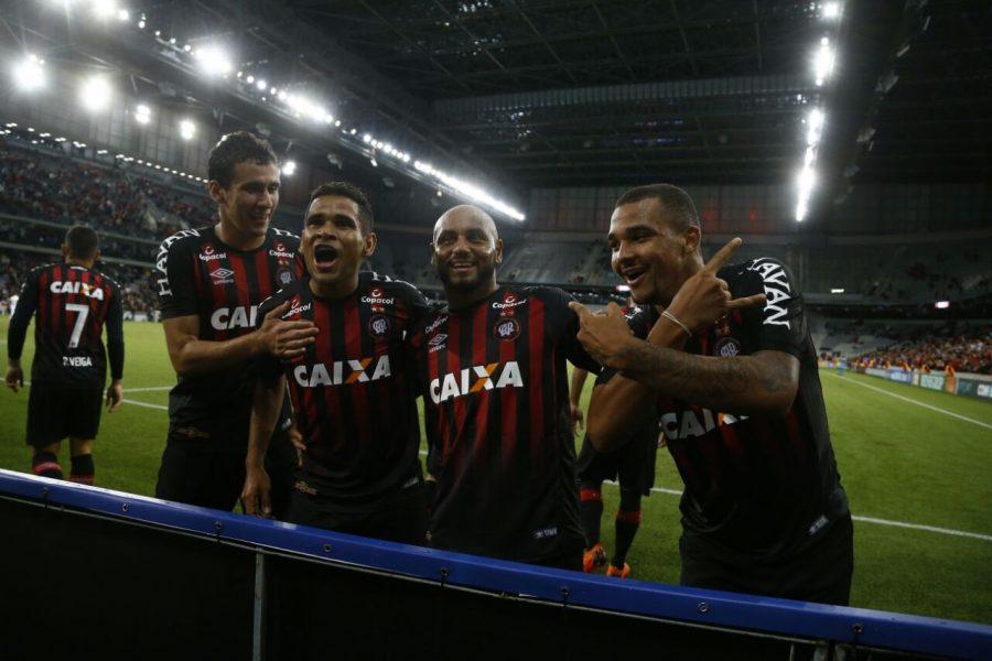Atlético-PR x Chapecoense: jogadores do Furacão comemoram goleada. Foto: Felipe Rosa/Tribuna