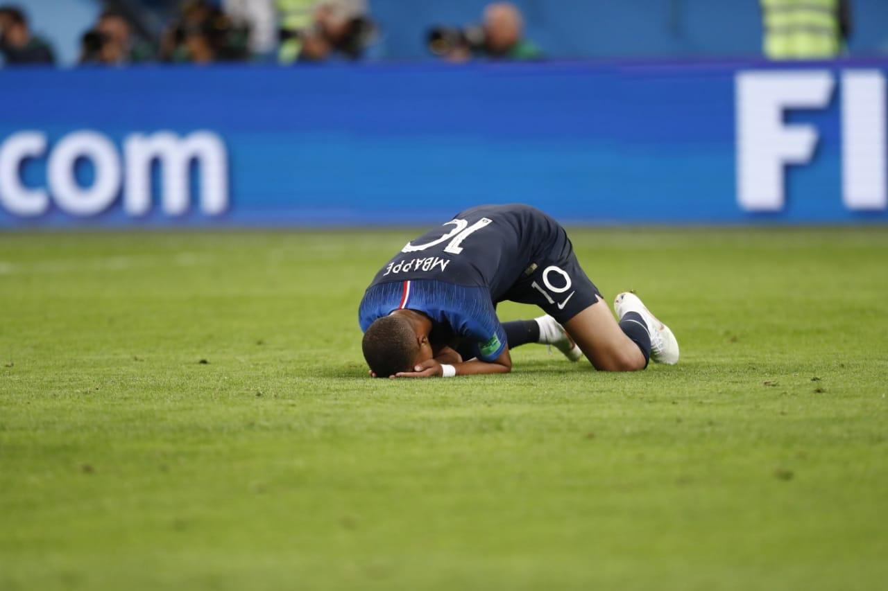 Mbappé tem o estilo teatral de Neymar, mas o francês sim é um menino