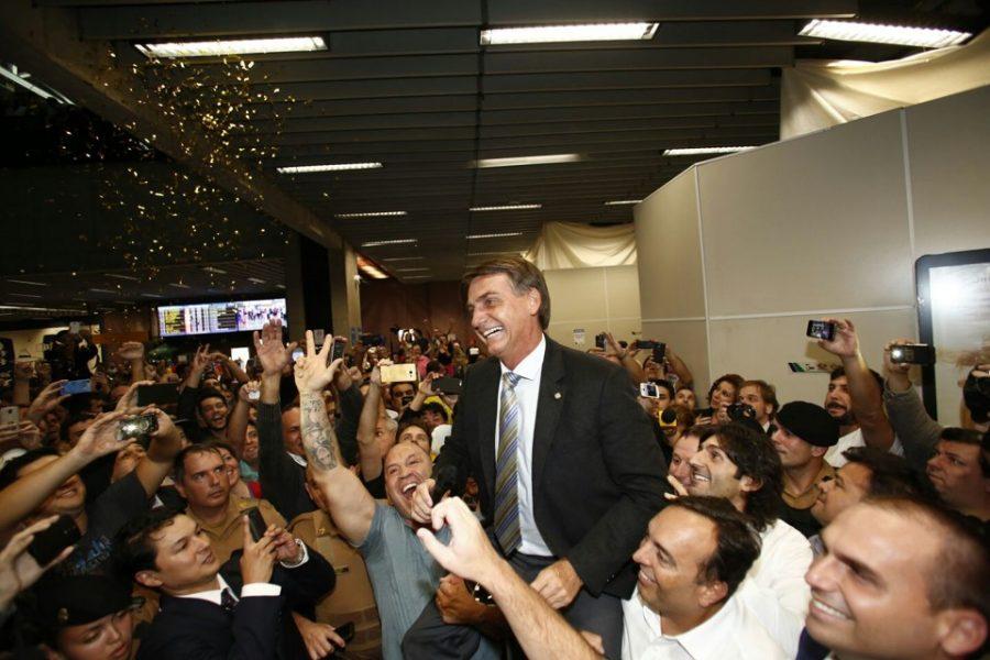 Deputado federal Jair Bolsonaro (PSC-RJ),  pré-candidato à presidência, com apoiadores em Curitiba (Foto: Marcelo Andrade/Gazeta do Povo)