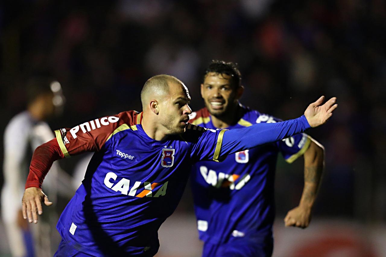 Em confronto direto, Paraná vence Bahia e emenda segunda vitória seguida