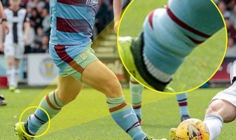 Jogador entra em campo usando tornozeleira eletrônica