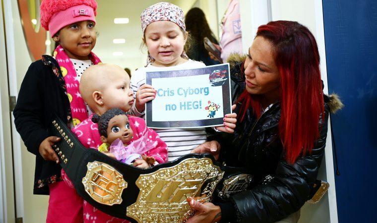 Cris Cyborg cumpre promessa e doa cinturão do UFC a hospital de câncer