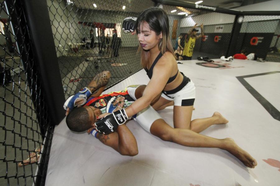 Anne Veriato luta no MR. Cage 34. Foto: Winnetou Almeida.